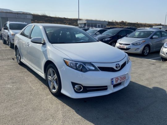 Toyota Camry Base - 2012 White 2.5L 4